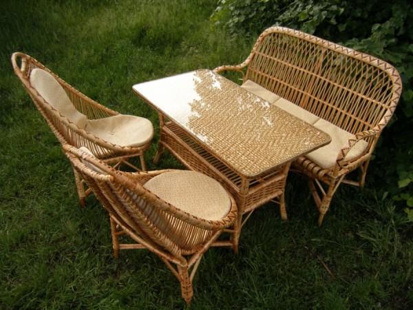 Недешевая, но комфортная плетеная мебель.