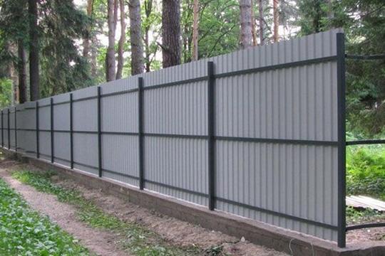 Недорогой забор для дачи - своими руками построить данную конструкцию, это рациональное решение.
