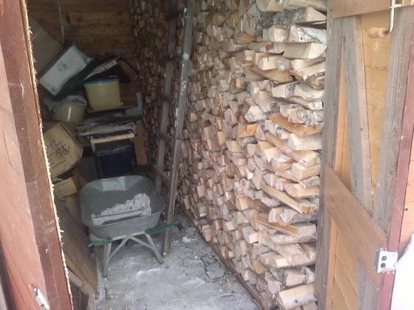 Некоторые дачники под хранение дров выделяют определенное место в сарае, но это значительно сокращает рабочую площадь и может вызвать некоторые неудобства в эксплуатации