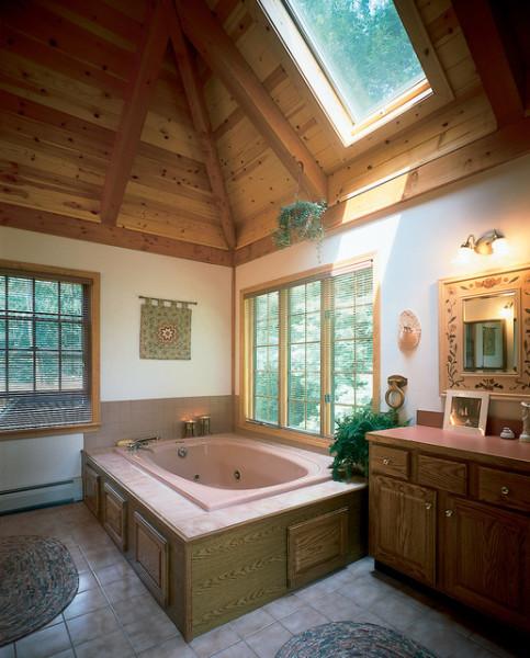 Необычная и теплая ванная с деревянным потолком в стиле кантри