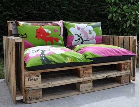 Несколько подушек и поддонов – и готов стильный диван