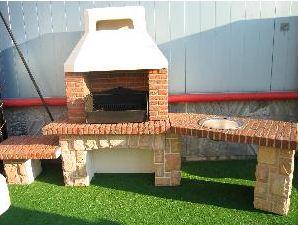 Несложная садовая печь барбекю из кирпича с мангалом и столешницей