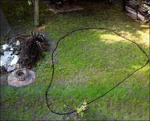 Обрисовать контуры водоема можно с помощью садового шланга