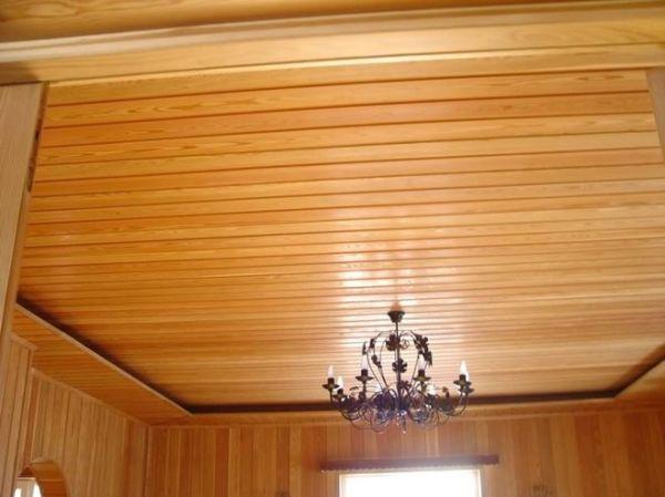 Обшитый вагонкой потолок дачного домика