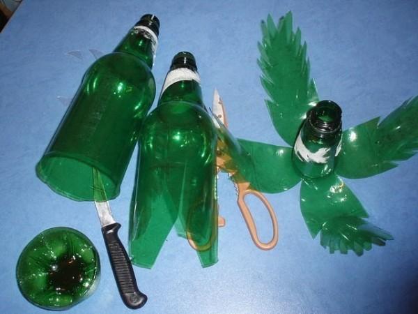 odin-iz-interesnyh-variantov-narezki-lepestkov-dlya-palmy-600x450 Поделки из пластиковых бутылок для дачи