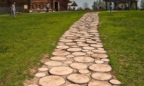 Оригинальная дорожка из древесных спилов