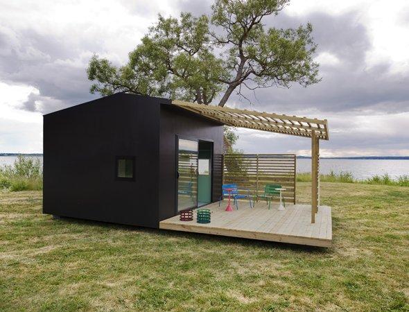 Оригинальный домик, сделанный с применением сэндвич-панелей и окрашенный обычной фасадной краской.
