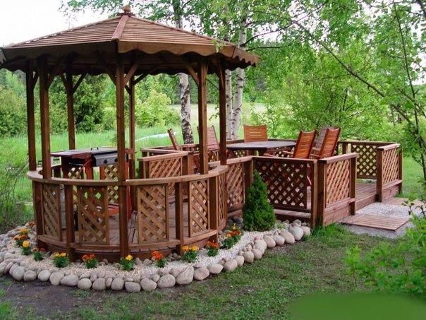 Отдельно стоящая терраса с беседкой в саду.