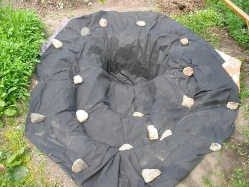 Пленка фиксируется камнями
