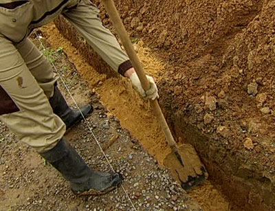 По разметкам выкапываем яму
