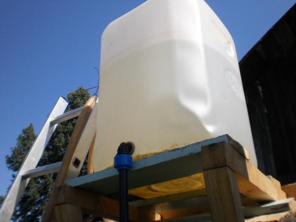Подающая труба устанавливается в самом низу, а емкость фиксируется под небольшим углом