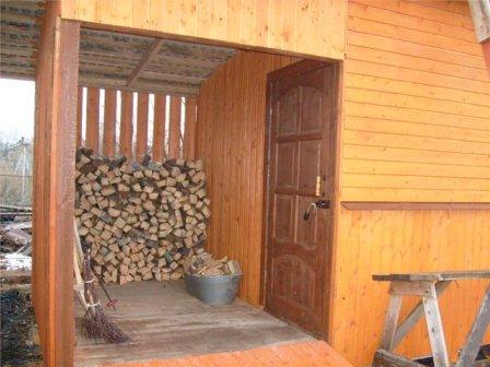 Подобный способ хранения дров не только портит внешний вид, но и противоречит правилам пожарной безопасности