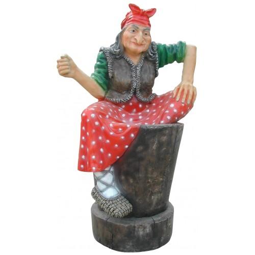 Показана пластиковая садовая фигура – Баба Яга.