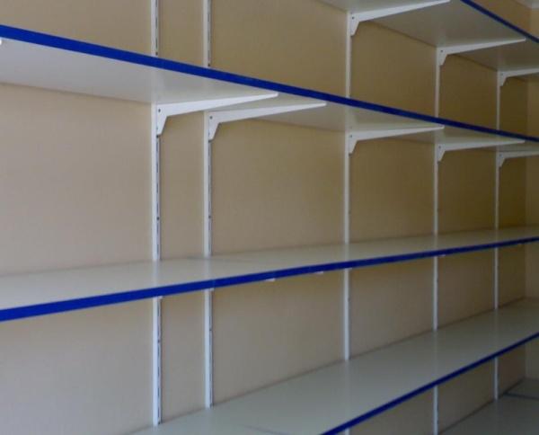 Полки для хранения предусмотрены конструкцией.