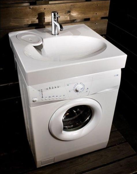 Поместить компактную стиральную машину под раковиной – отличное решение, позволяющее сэкономить пространство