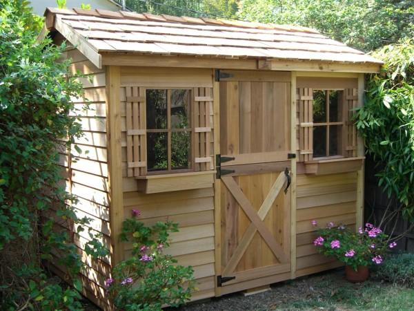 Построим миниатюрный домик-сарай, утопающий в зелени сада.