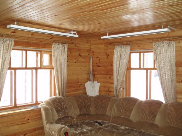 Потолочные ИК-панели размещены над диваном.