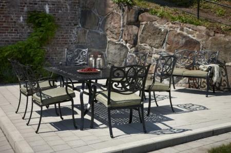 Практичная металлическая мебель для загородного участка.