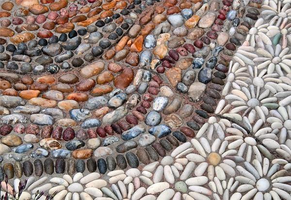 При правильном подборе камешков может получиться очень красивый узор