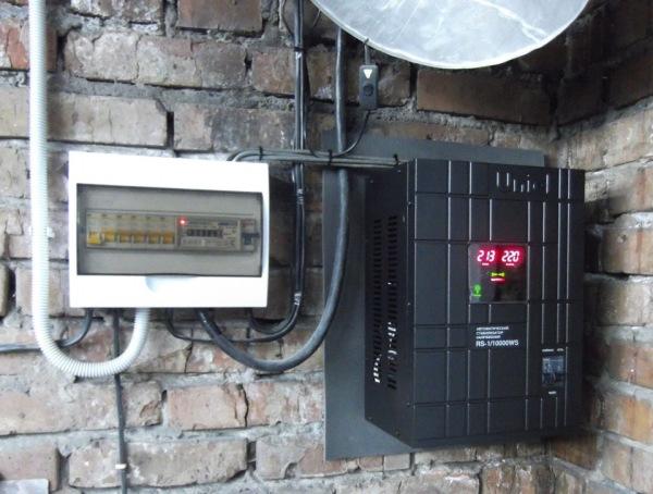 Прибор подключен сразу после общего автоматического счетчика на 63 А.