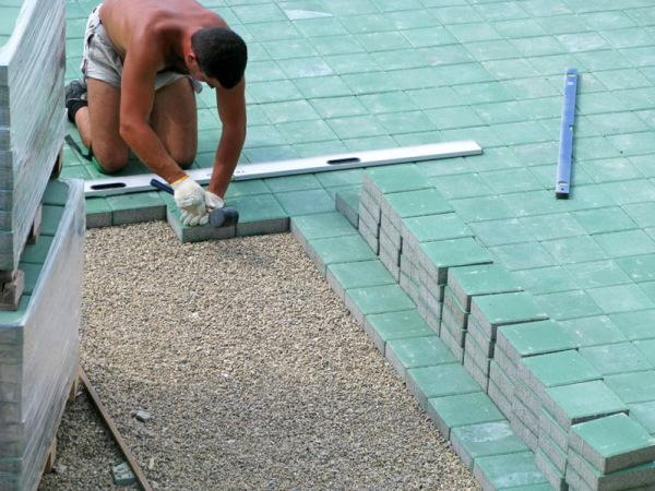 Пример того, как класть тротуарную плитку на даче на мелкозернистый щебень