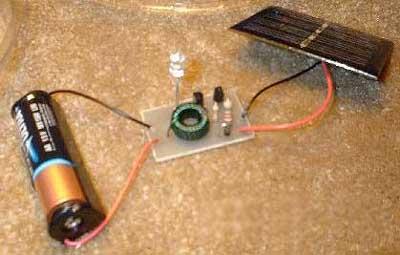 Примитивная, но зато и наглядная схема садового светильника на солнечных батареях без корпуса