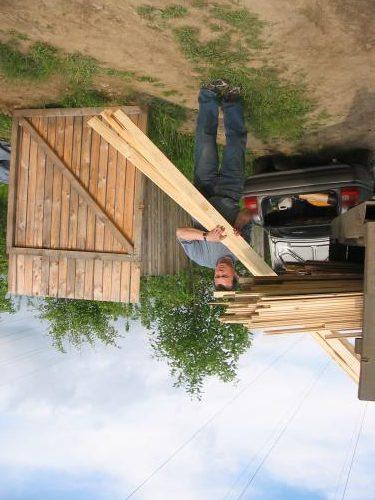 Работа с древесиной проще и привычнее, однако также требует умений и опыта.