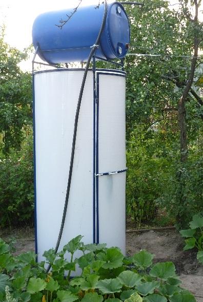 Расположенный сверху бак обеспечивает напор воды и ее прогрев от солнечного излучения.