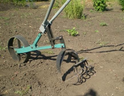Ручной почвообрабатывающий культиватор.