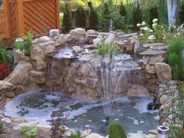 Рядом с фонтаном организован небольшой водопад. Возвышение сложено из крупных валунов на цементом растворе.