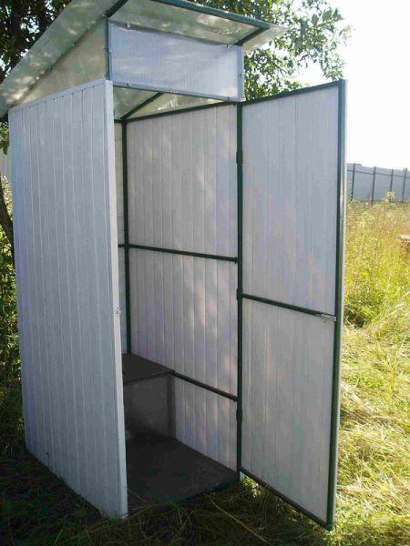 Самая простая конструкция туалета изготовленного из вагонки и металлического профиля
