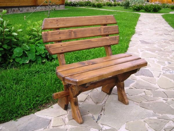 Самодельная скамейка вполне способна украсить ваш сад.
