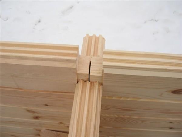 Собственно, перед нами обычный деревянный дом со всеми характерными для этого материала достоинствами.
