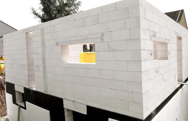 Солидный размер блоков позволяет стенам буквально расти на глазах.