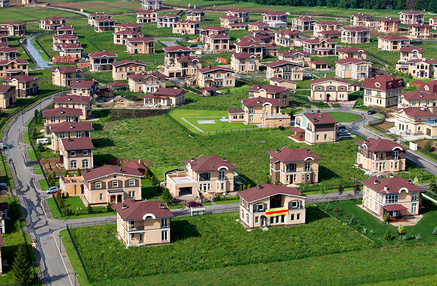 Современные дачные поселки могут иметь очень респектабельный вид