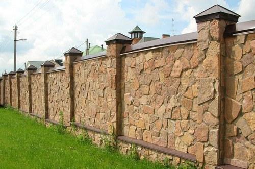Сплошной забор можно строить только со стороны улицы. И то не всегда…