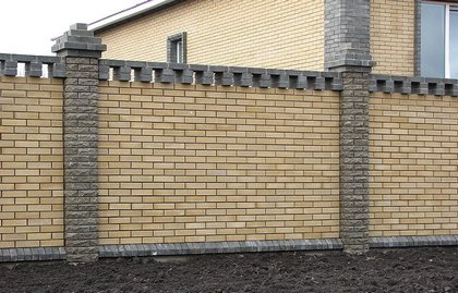 Старайтесь оформлять ограду под стиль фасада дома.