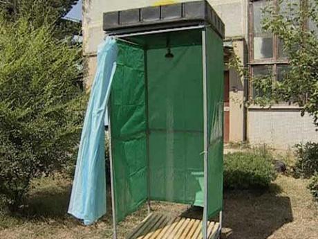 Стенками самодельного душа может служить обычная непрозрачная полиэтиленовая пленка, к примеру, такая, как используется в ванных комнатах