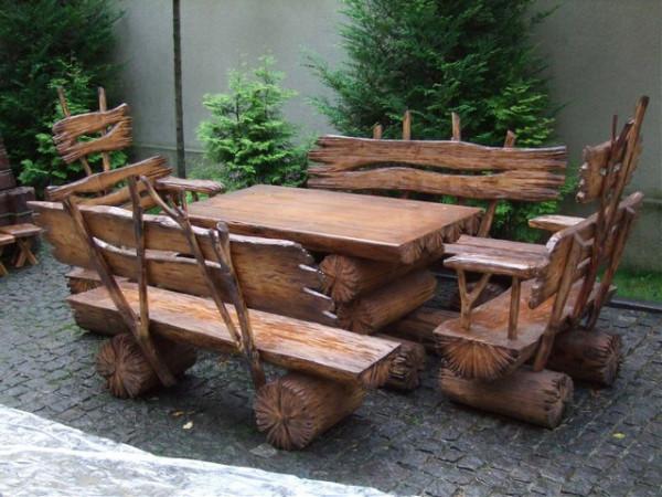 Стол и лавочки из бревен