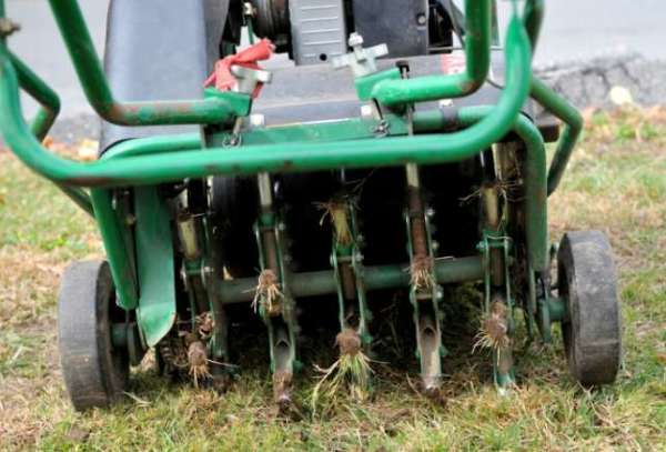 Стрижка газона на садовом тракторе