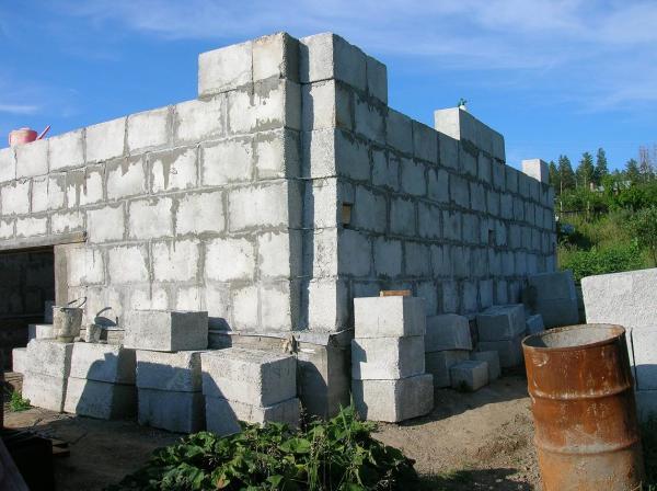 Строительные блоки укладываются со смещением, чтобы вертикальные швы не совпадали
