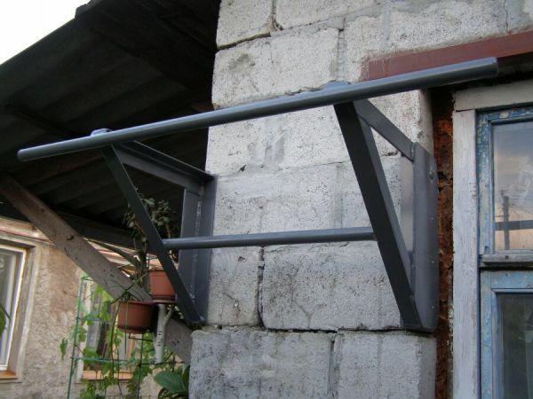 Сварной турник из уголка и трубы с креплением на стену.