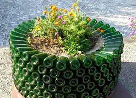 takaya-klumba-stanet-ukrasheniem-lyubogo-sada Поделки из пластиковых бутылок для дачи