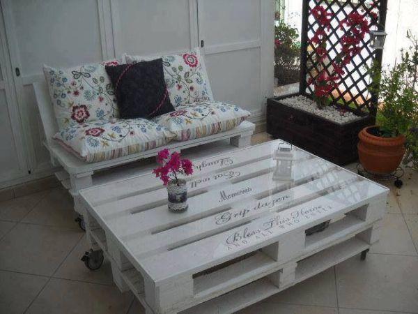 Такой набор мебели можно окрасить в любой цвет или даже нанести узоры и надписи