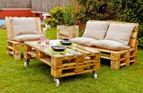 Такой набор мебели отлично впишется в загородное окружение