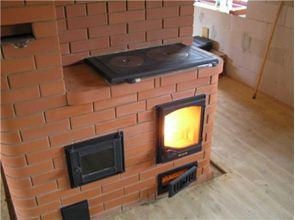 Традиционный вариант - кирпичная печь с плитой для дачи