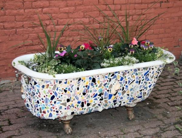 Цветник в старой ванне