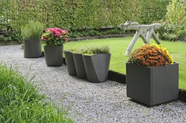 Цветочные горшки в дизайне садового ландшафта