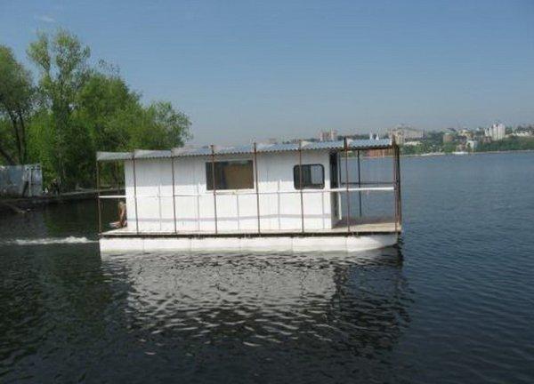 Удобно если у вашего домика будет еще и мотор, позволяющий свободно передвигаться по водной глади