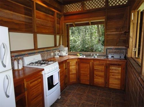 Угловой кухонный гарнитур из дерева
